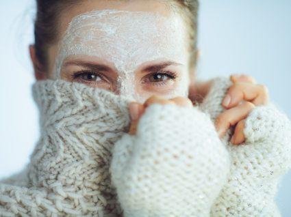mulher com creme no rosto