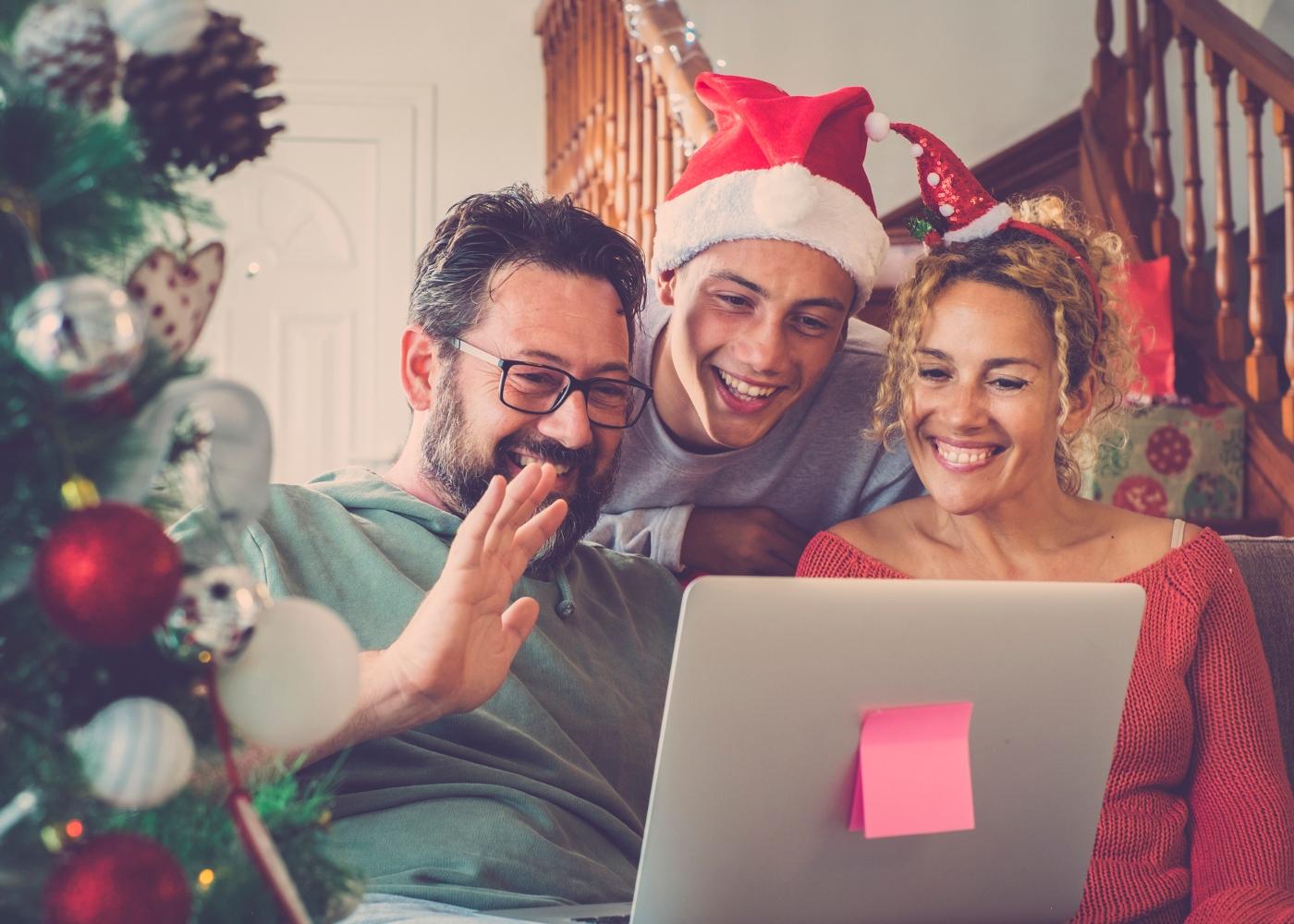 Família a falar com amigos por videoconferência no Natal