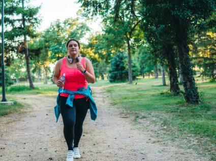 Mulher obesa a correr no parque