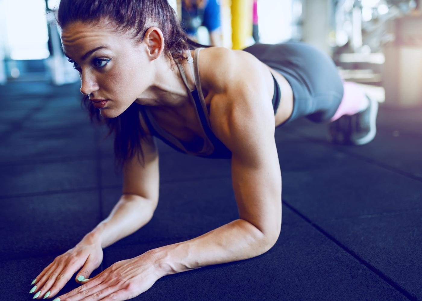 Mulher a fazer exercício de prancha abdominal