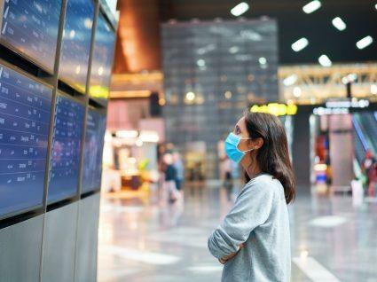 Mulher no aeroporto à espera de voo