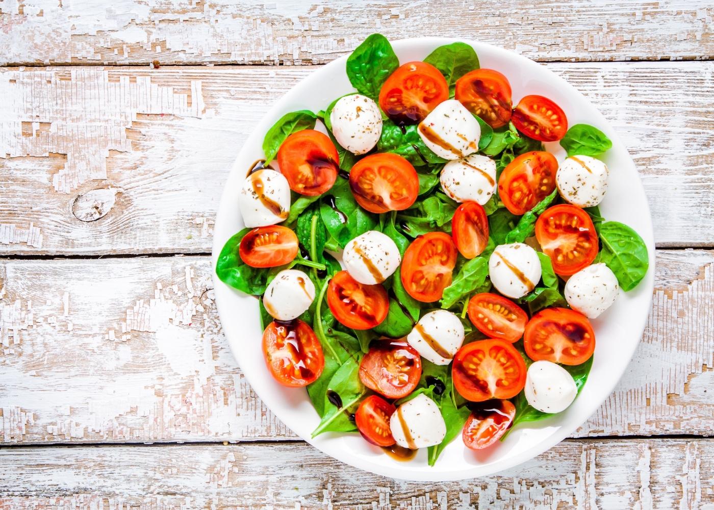 prato com salada caprese