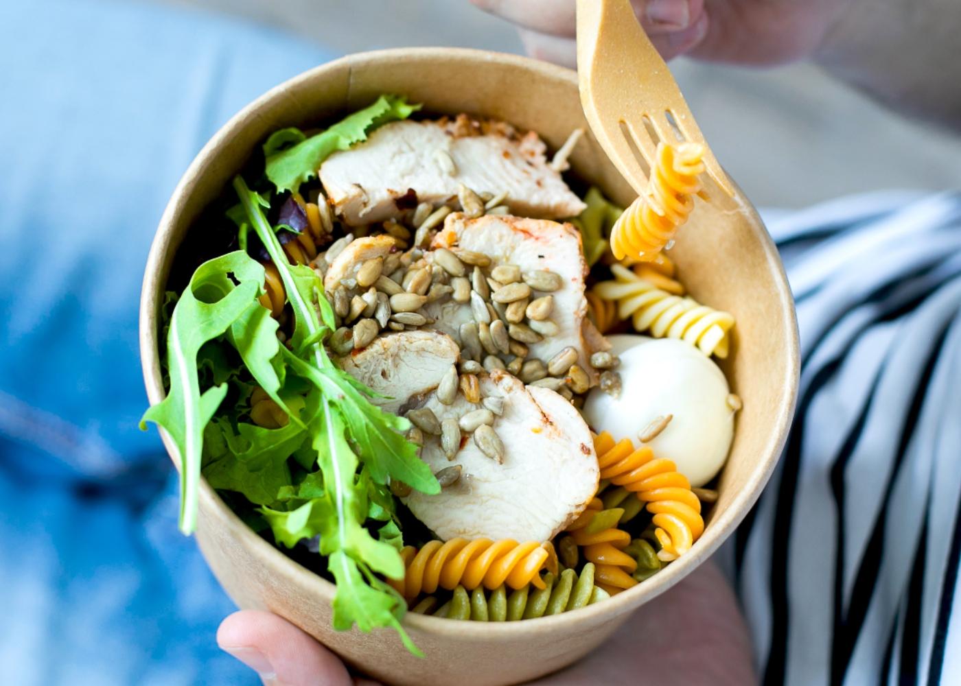 Mulher a comer salada com sementes