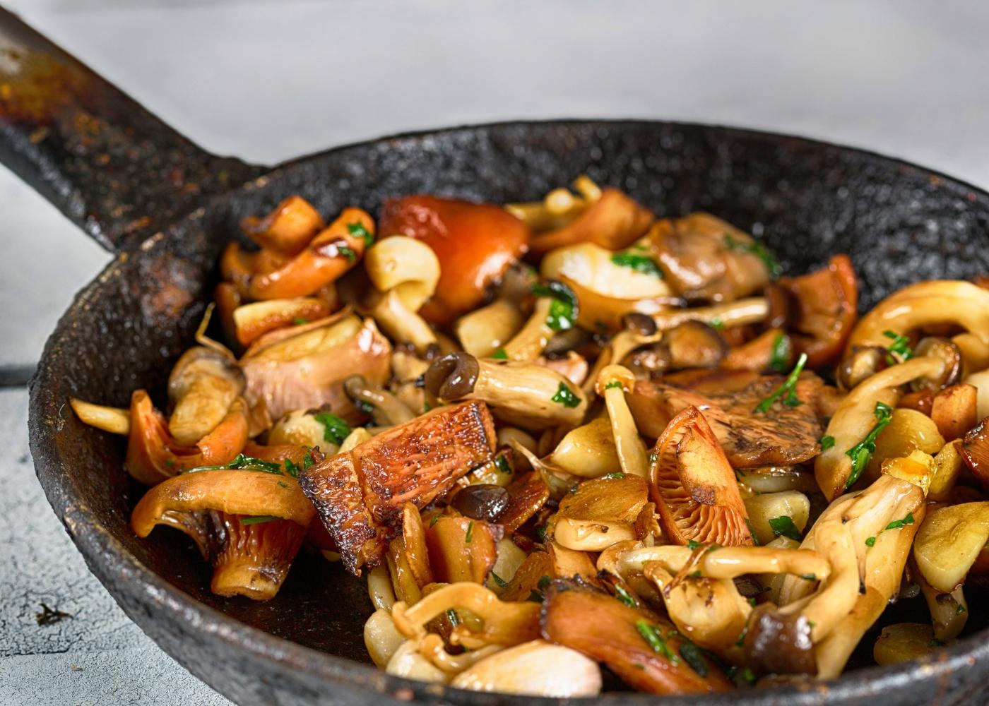 wok com salteado de cogumelos e cajus