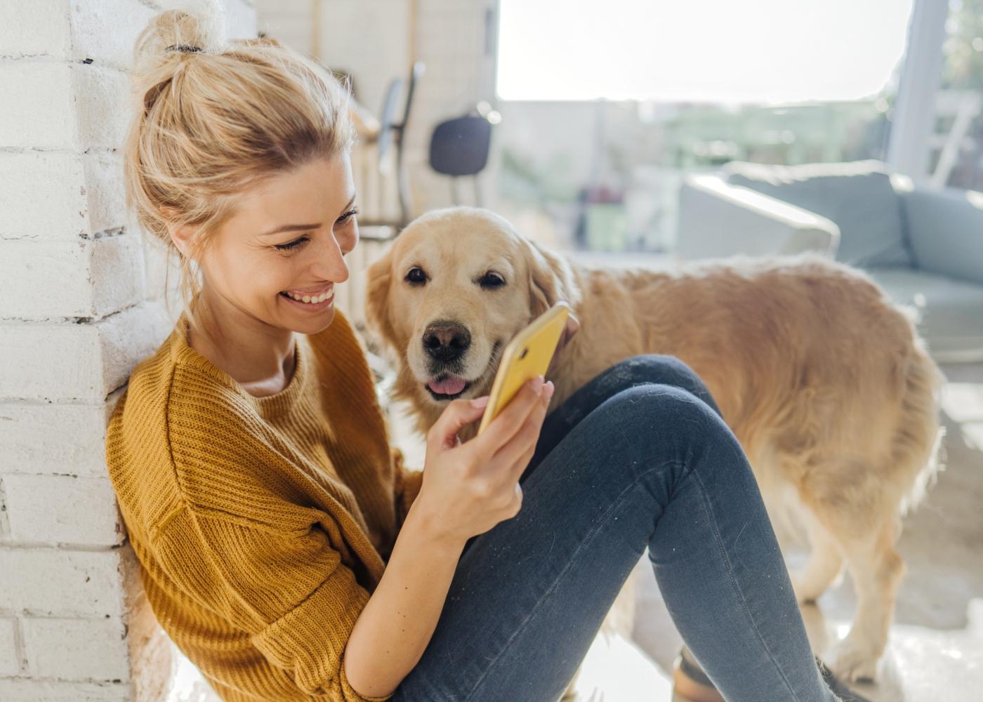 Mulher a aderir a seguro pets através da app da Cofidis
