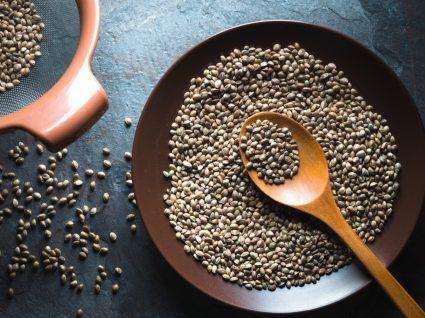 Prato com sementes de cânhamo