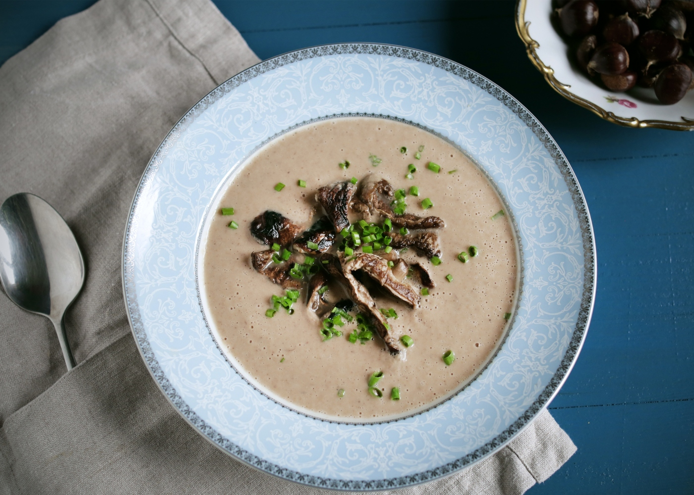 Sopa de castanhas e cogumelos servida num prato fundo
