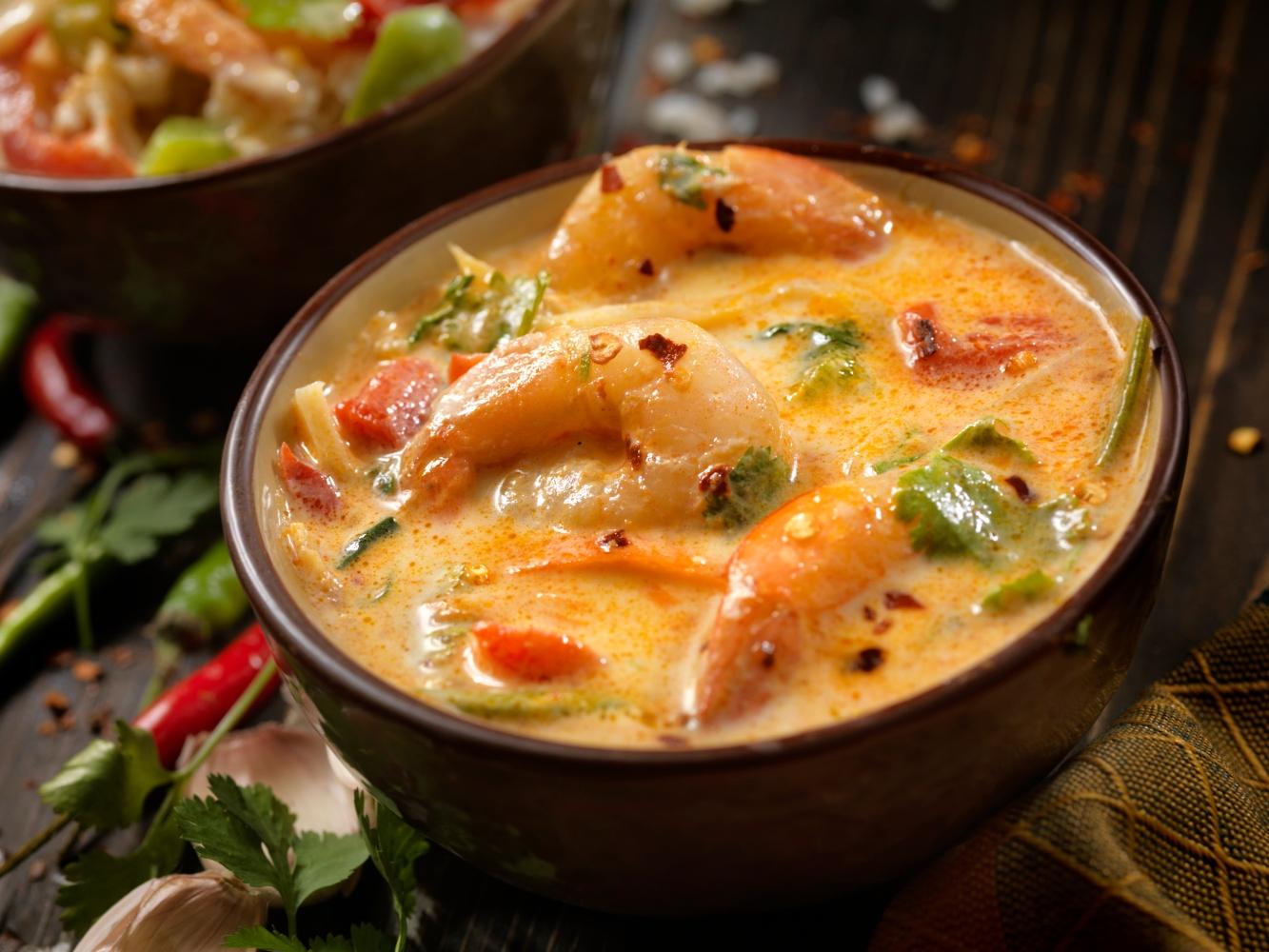 tigela de sopa de caril com camarão