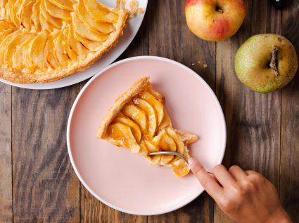 Mulher a servir-se de fatia de tarte de maçã