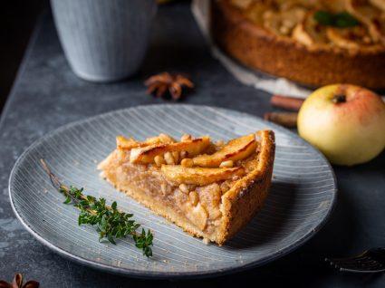Fatia de tarte de maçã sem glúten servida num prato