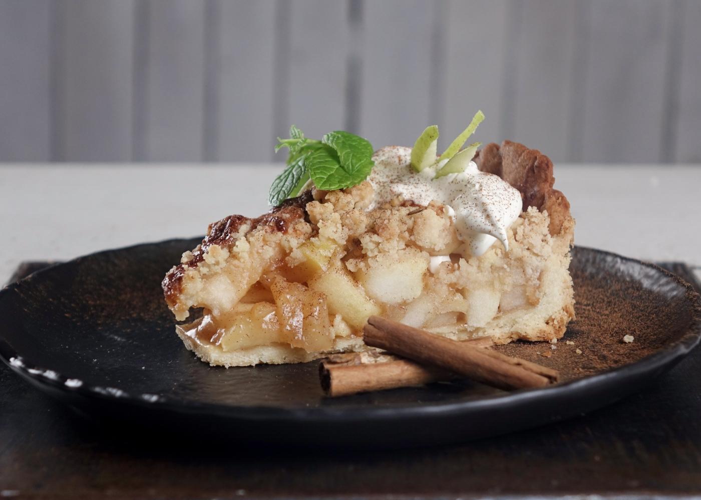 Fatia de tarte de maçã sem glúten e sem açúcar refinado servida num prato