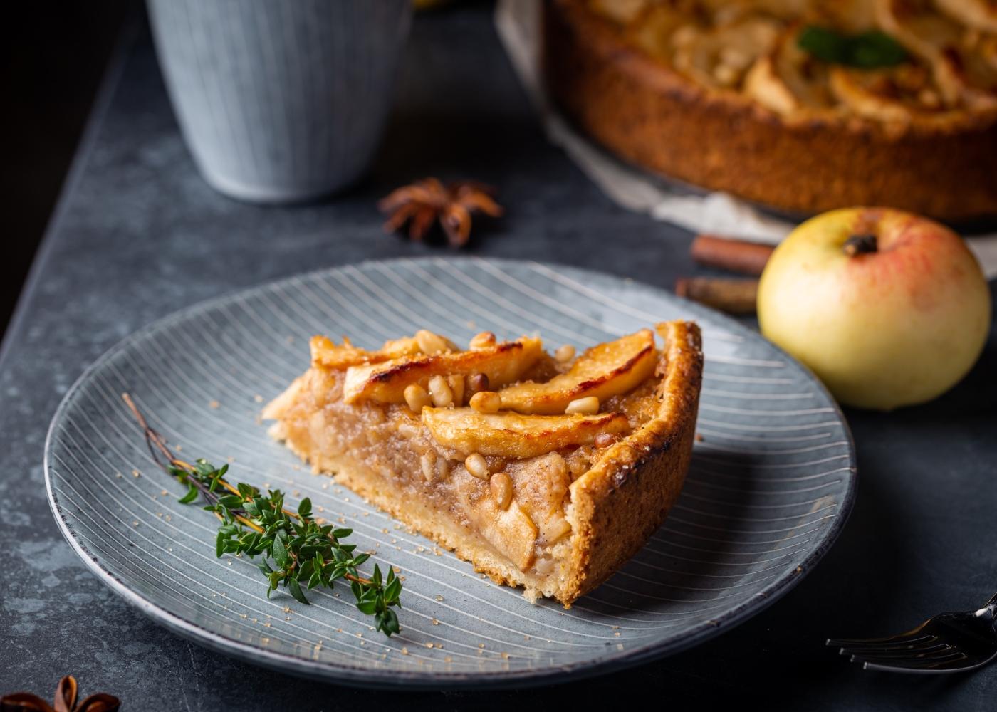Fatia de tarte de maçã sem glúten e sem lactose servida num prato