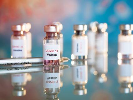 Frascos de vidro com vacina COVID-19