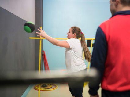 Adolescente obesa numa sessão de treino com PT