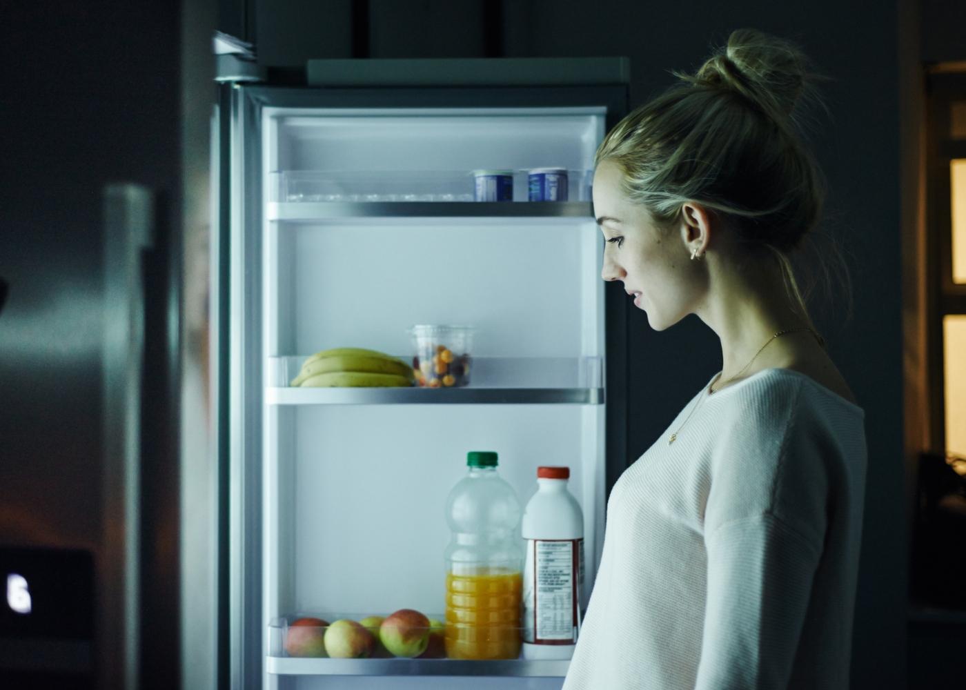 Mulher a assaltar o frigorífico à noite