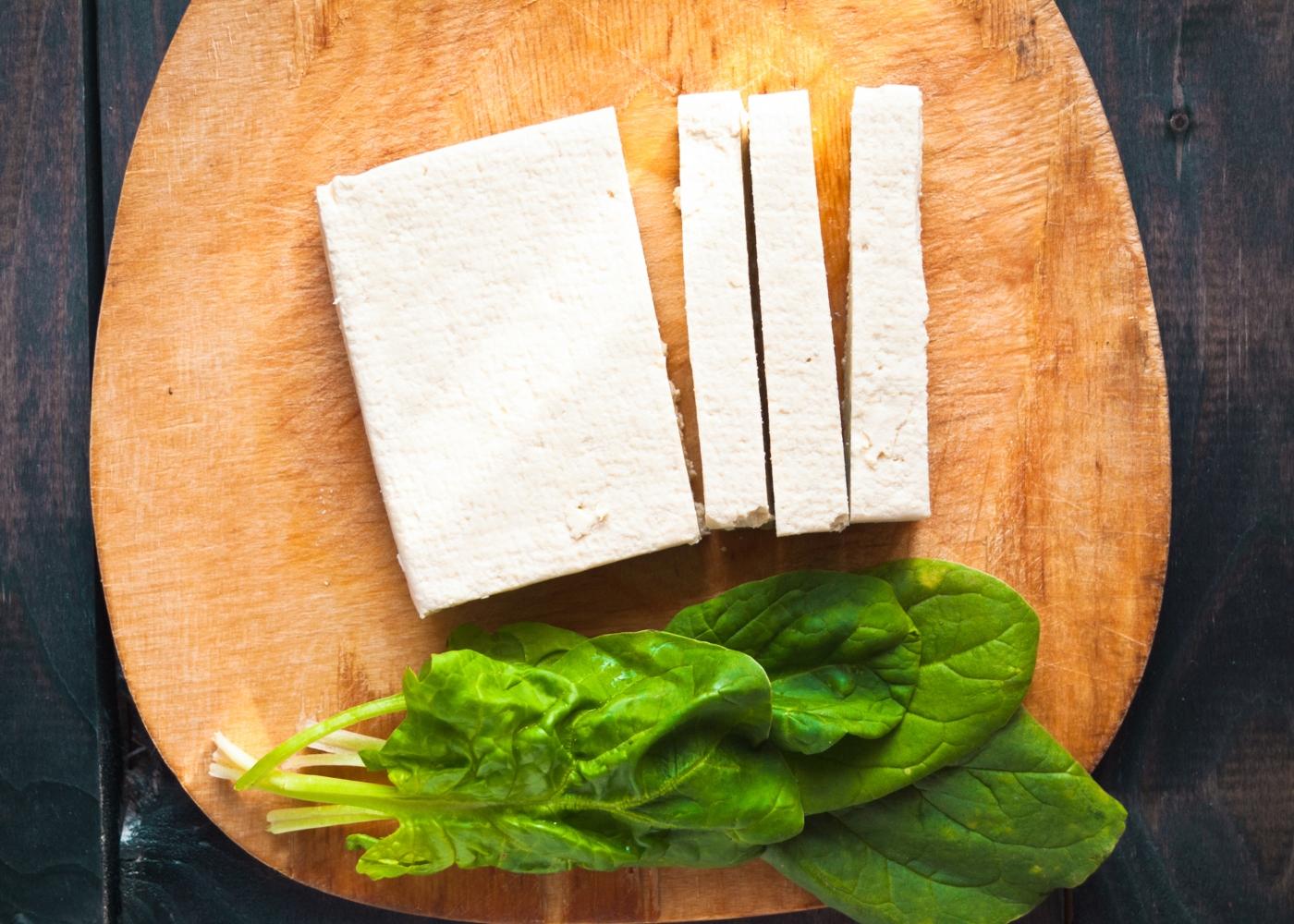 Barra de tofu numa tábua de madeira