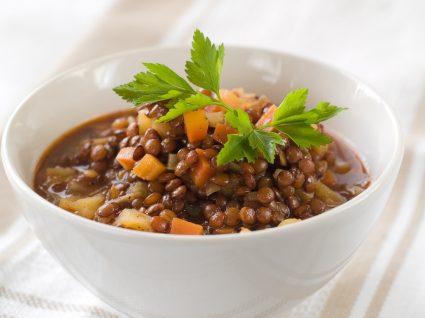Estufado de lentilhas servido numa taça
