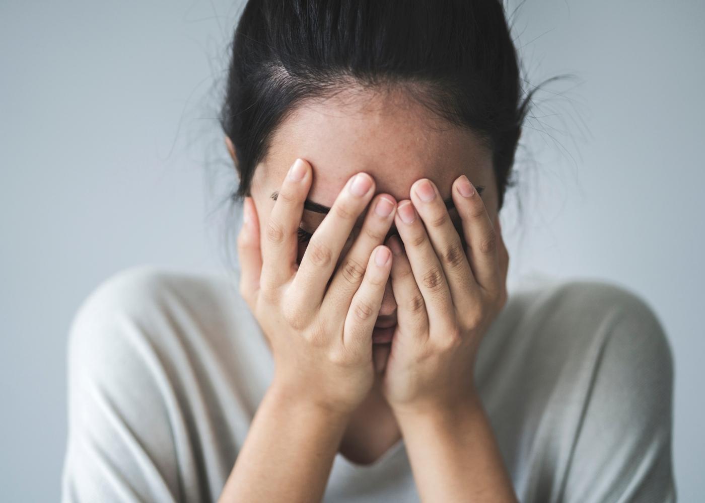 Mulher com sintomas de fadiga mental