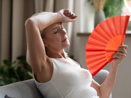 Mulher com sintomas de menopausa