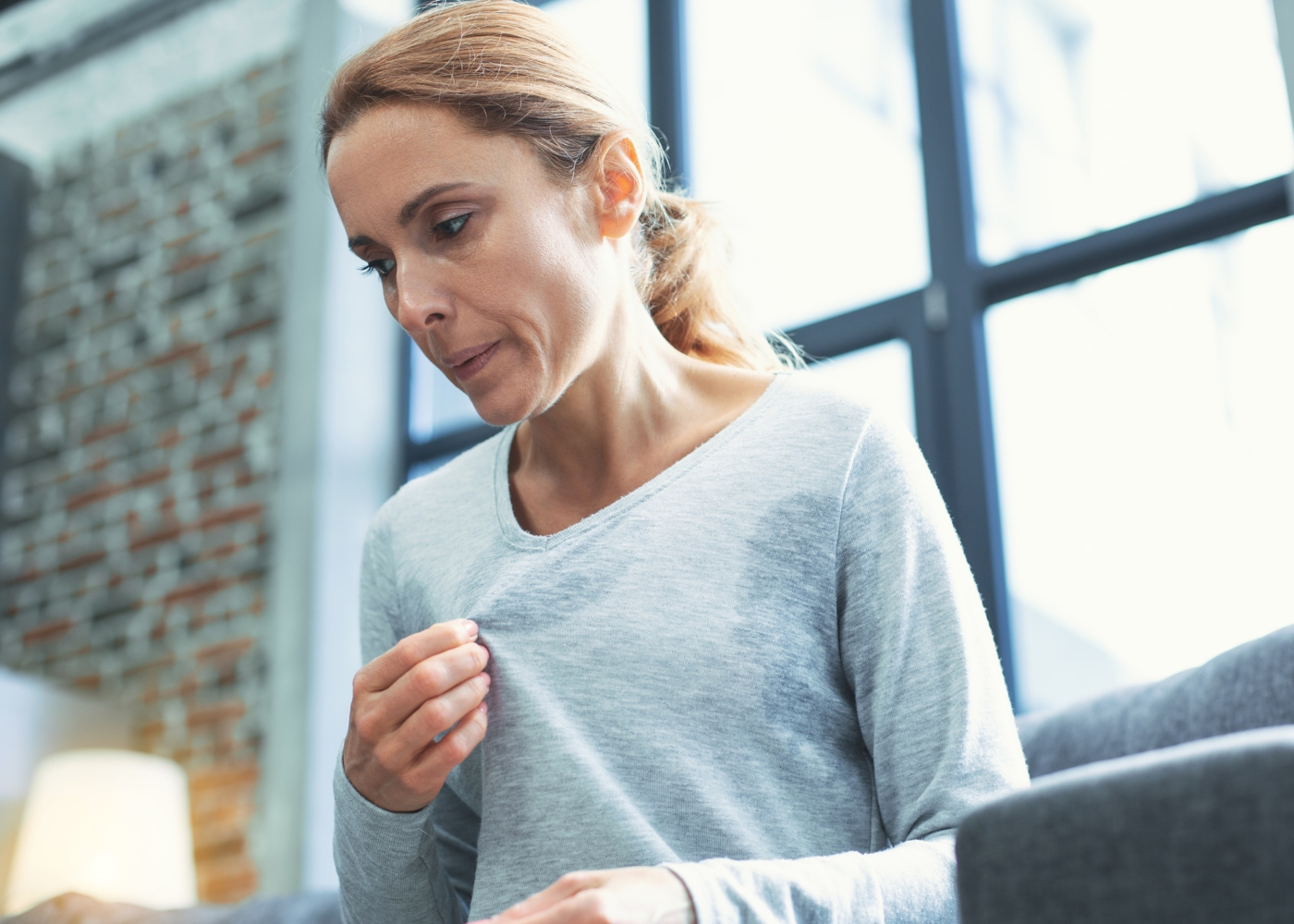 Jovem mulher com sintomas de menopausa precoce