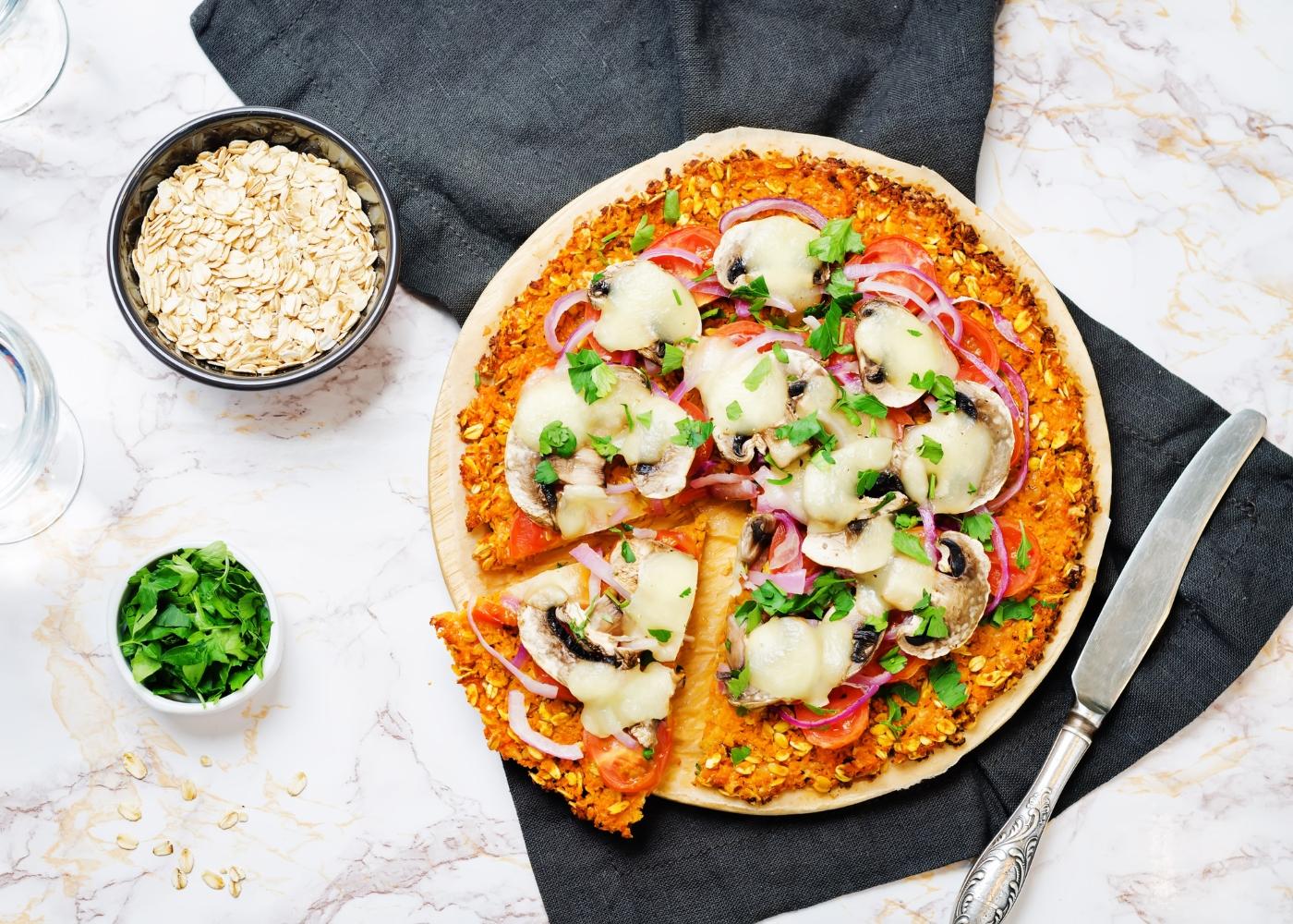 pizza na frigideira com massa vegan