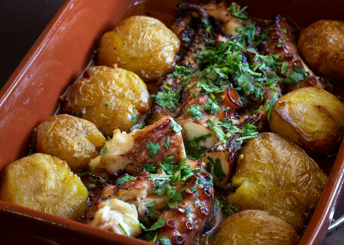 Polvo à Lagareiro servido com batatas com casca