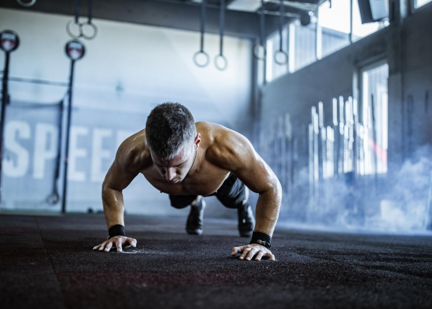 Homem a fazer treino de força no ginásio
