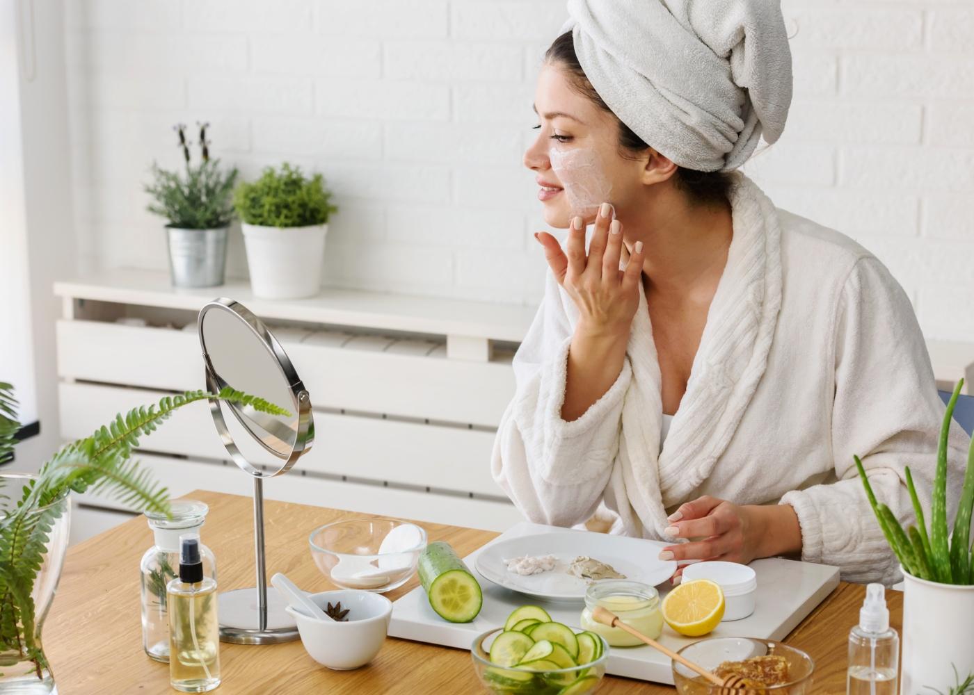 Mulher a aplicar máscara facial feita em casa