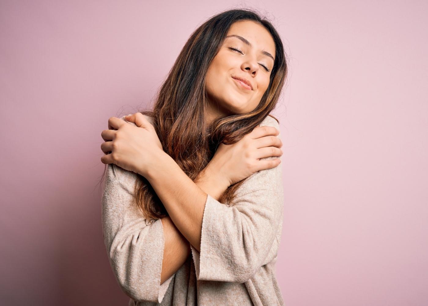 Mulher a abraçar-se