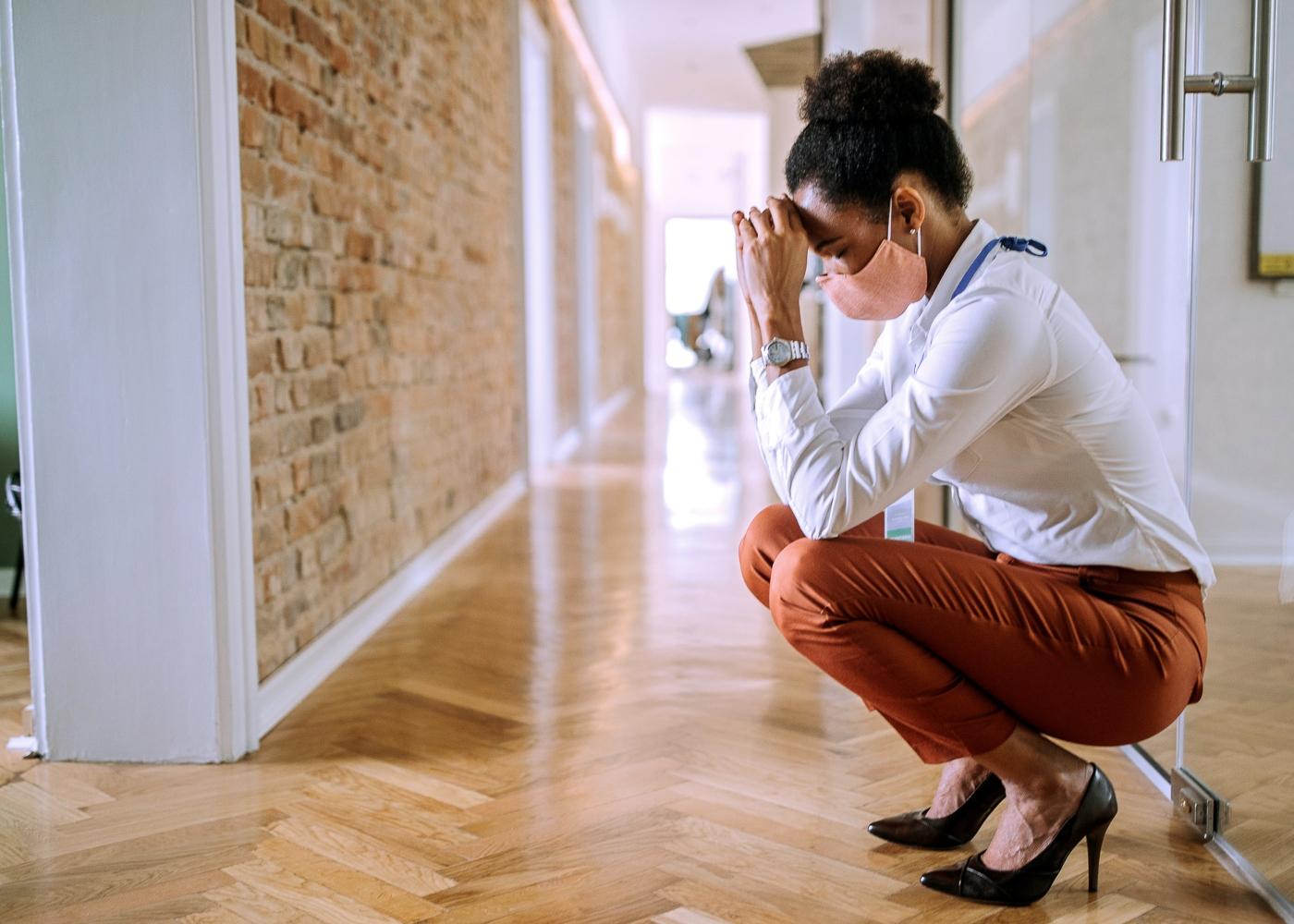 Mulher a sentir-se cansada por causa das restrições da pandemia