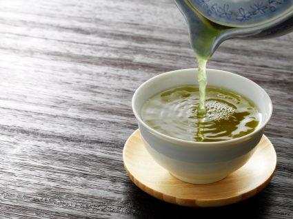 Chávena com chá verde