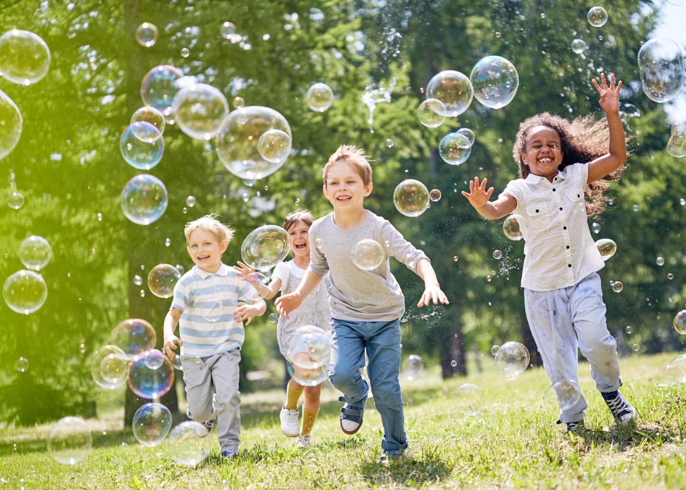 Crianças a brincar ao ar livre