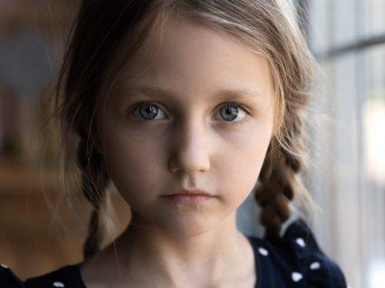 Menina com sintomas de depressão infantil