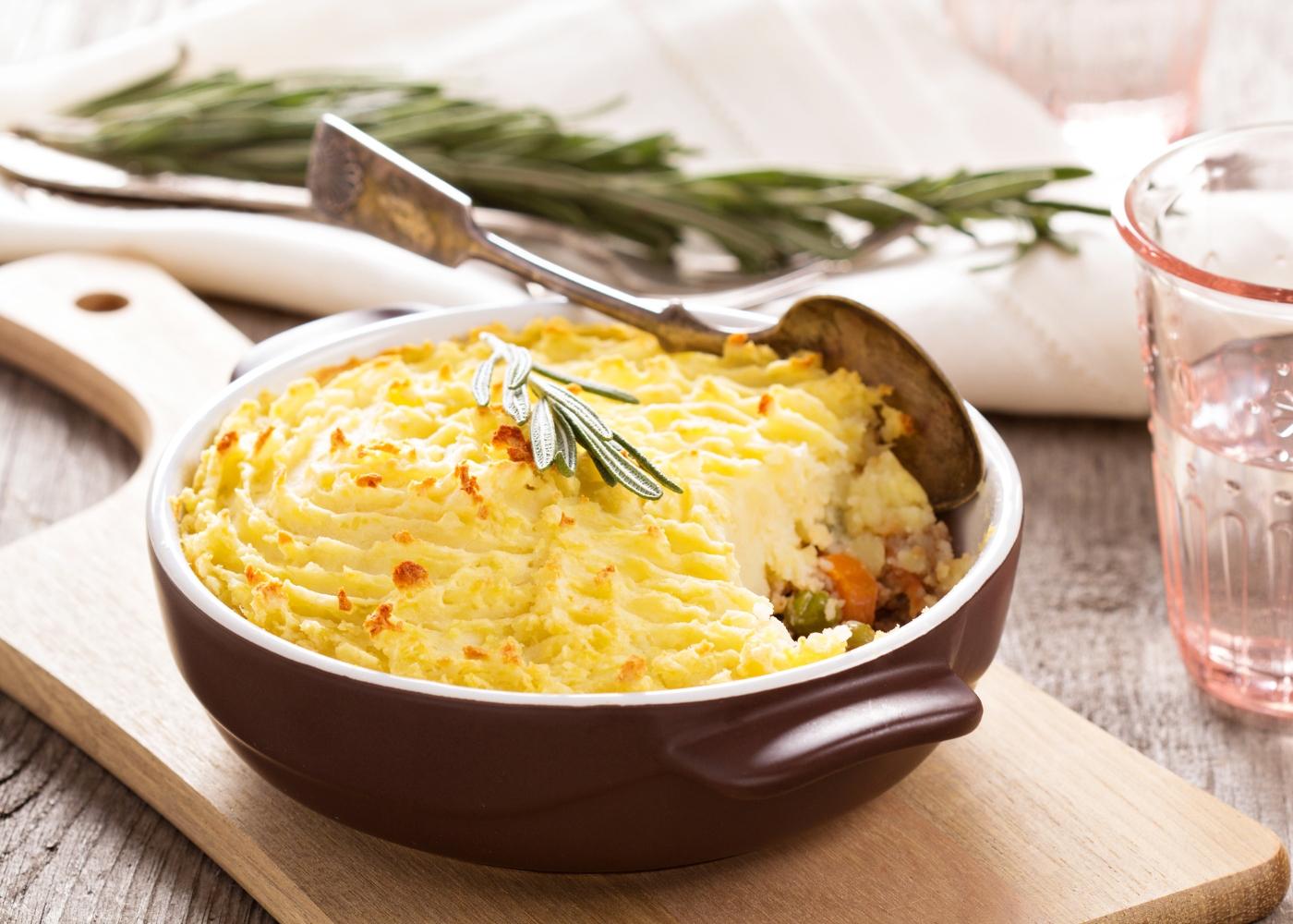 caçarola com empadão de legumes com cenoura, curgete e alho francês