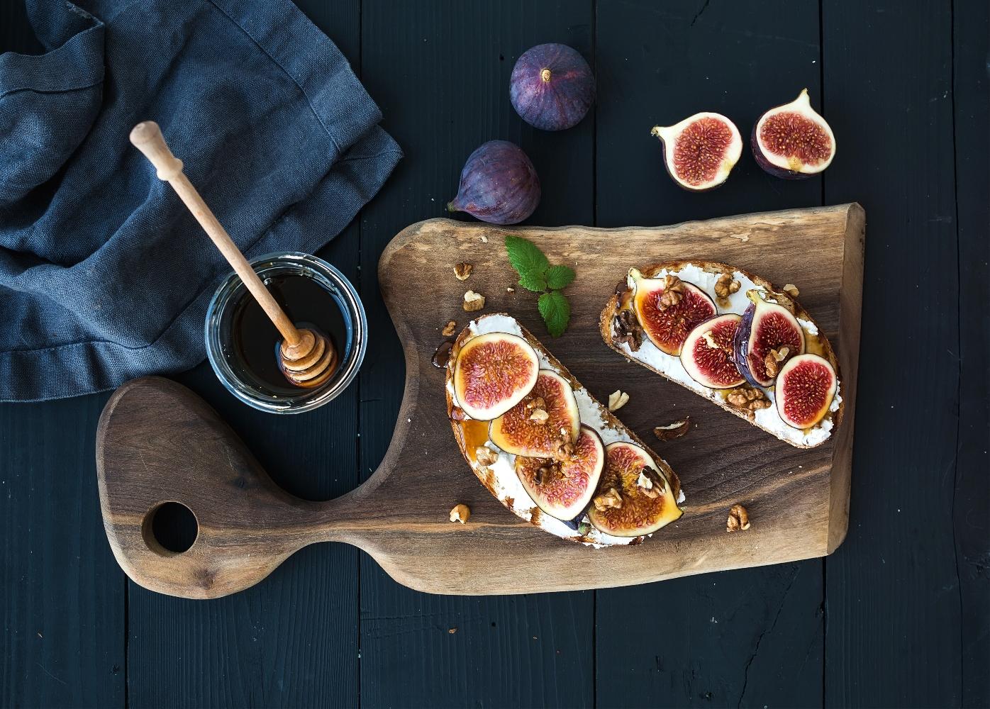 tosta com figos e ricotta em tostas