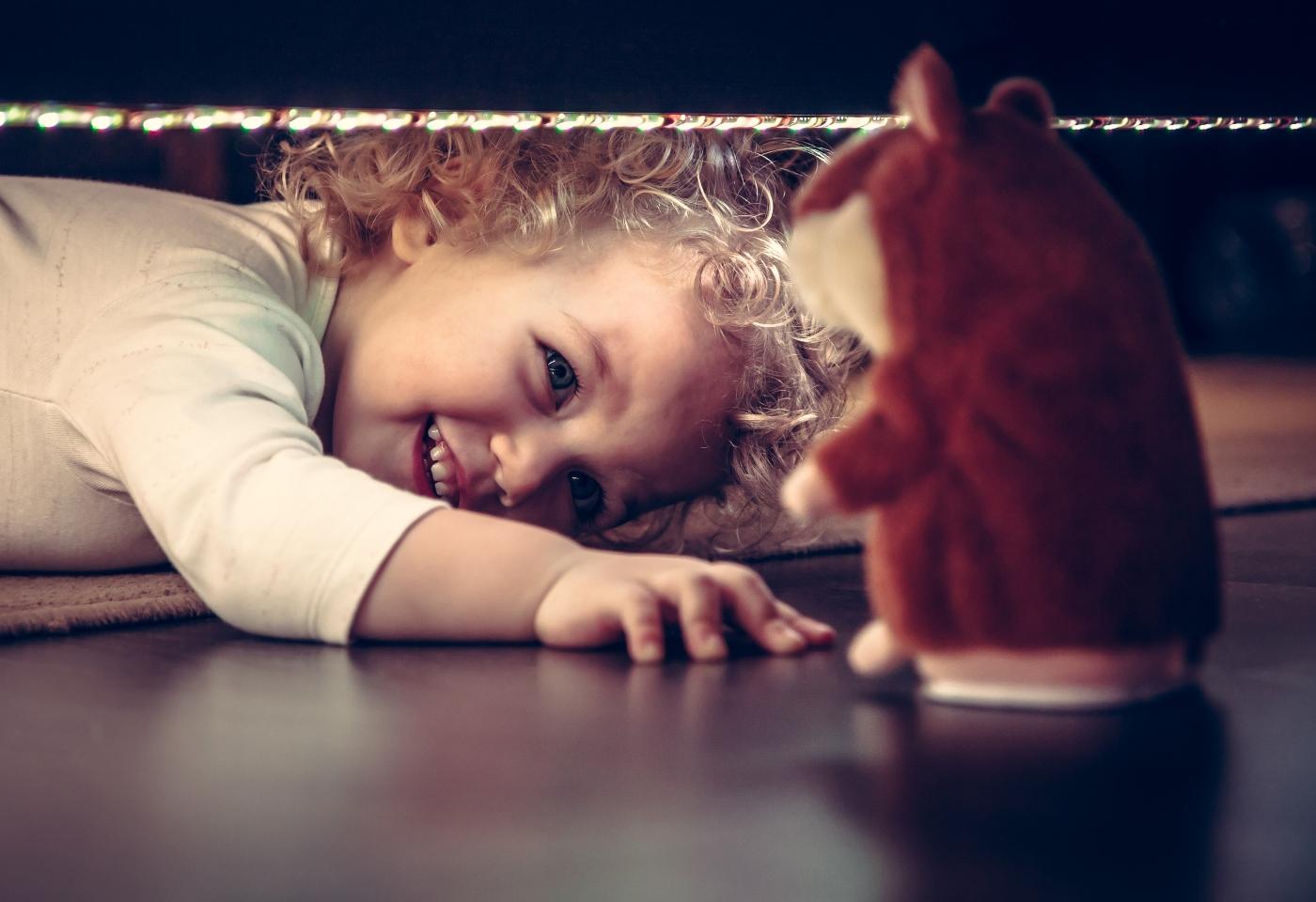 Menina numa caça ao tesouro em casa