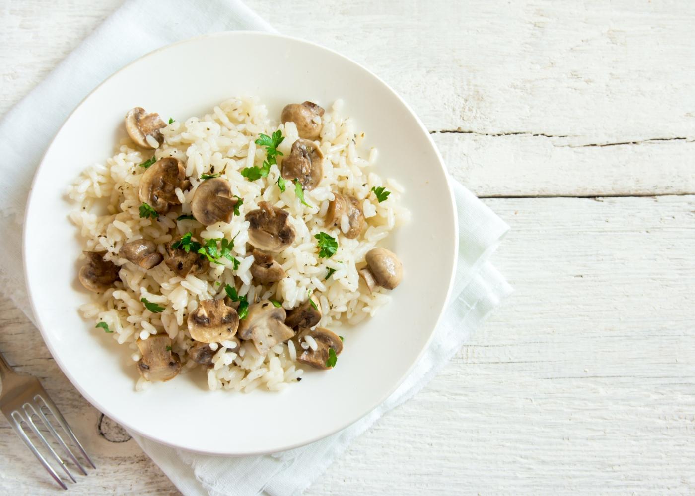 receita de one pot de arroz, cogumelos e amêndoa