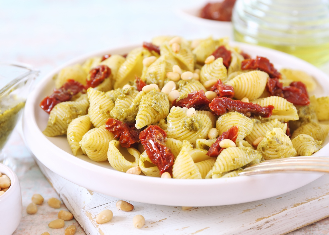 prato com massa com pesto de tomate seco e pinhões
