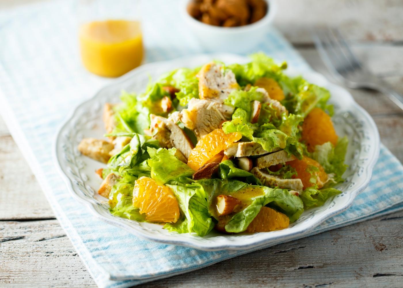 prato de salada de frango com nozes