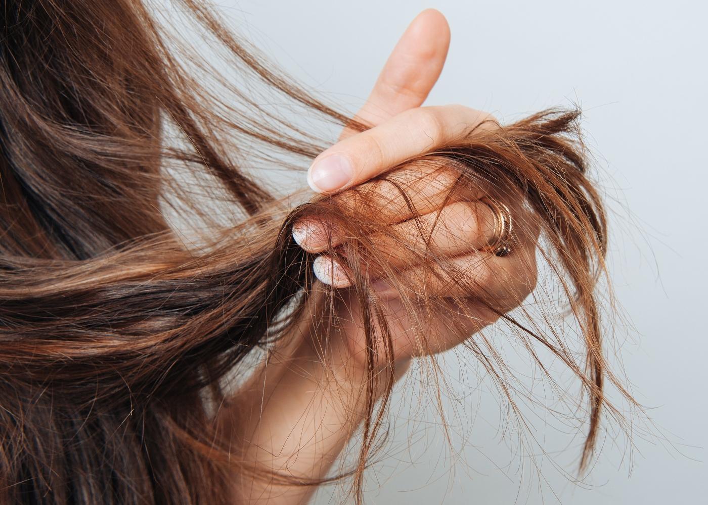 Mulher de cabelo liso longo