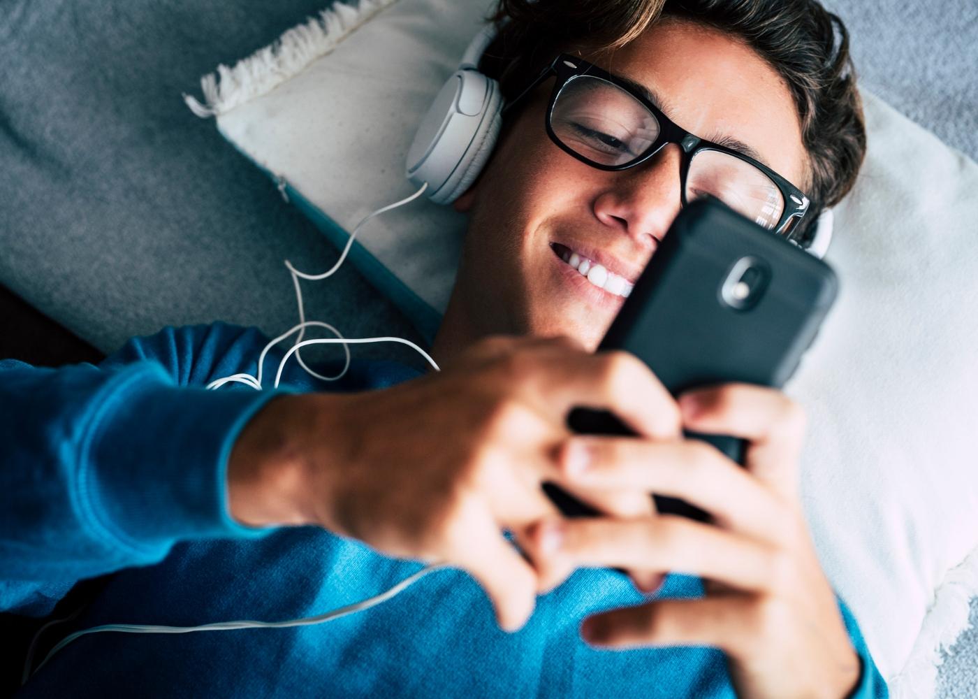 adolescente ao telemóvel a trocar mensagens