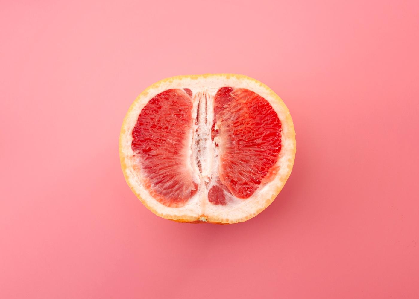tangerina com fundo rosa a represental sexualidade feminina