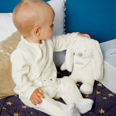 bebé com peluche coelhinho