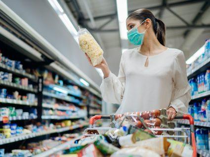 Mulher no supermercado a ler rótulos de alimentos