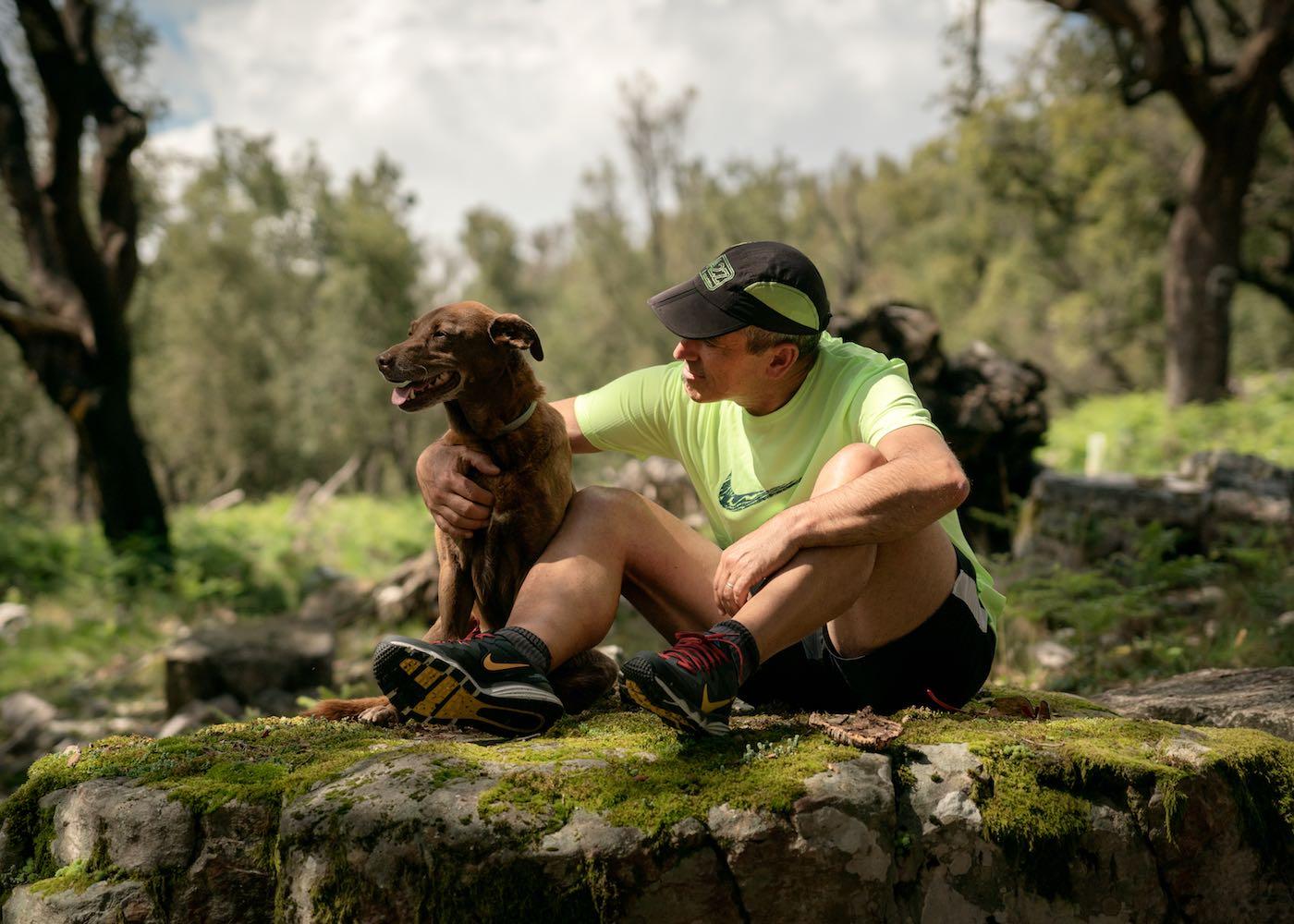 pedro pedrosa sentado descansando com o cão
