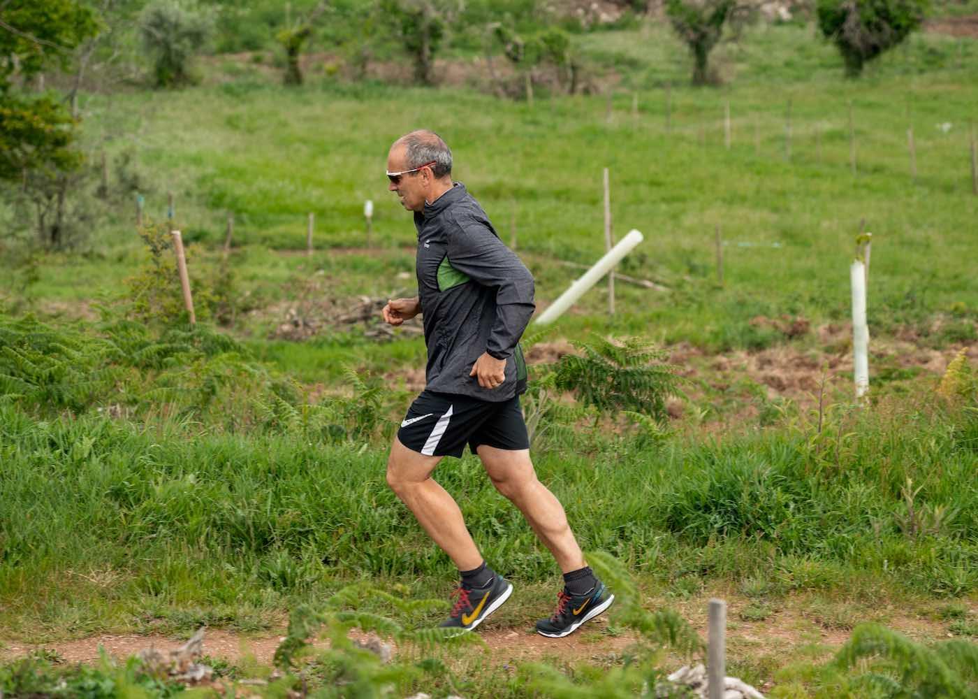 pedro pedrosa a correr numa trilha ao ar livre