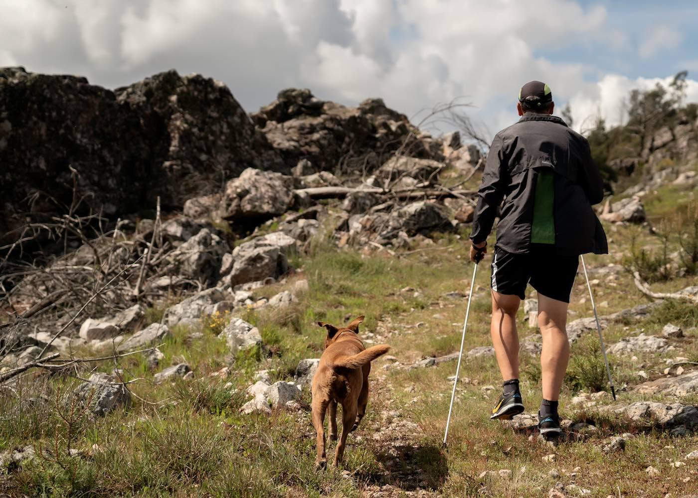 homem a fazer trail com o cão