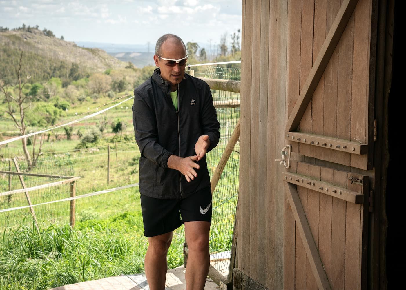 homem vestido com roupa de running
