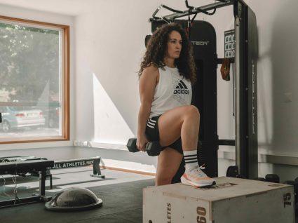 mulher a fazer atividade física no ginásio