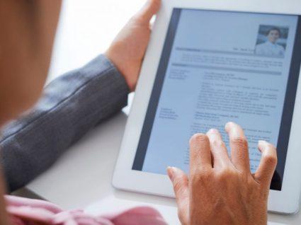 mulher a ver currículo no tablet